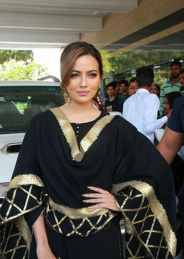 Sana Khan Looks Gorgeous In Black Dress At The Akritti ELITE Exhibitions In Hyderabad